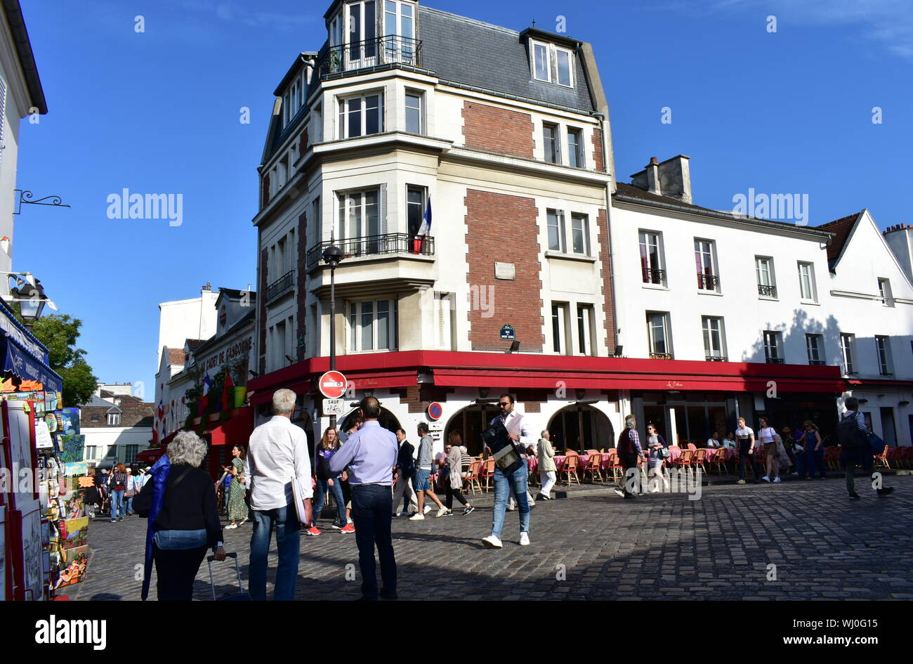 Montmartre am Morgen mit Touristen an einem sonnigen Tag. Paris, Frankreich. August 12, 2019. Stockfoto
