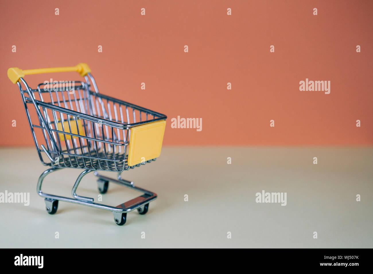 Kleines Spielzeug Warenkorb Stockfoto