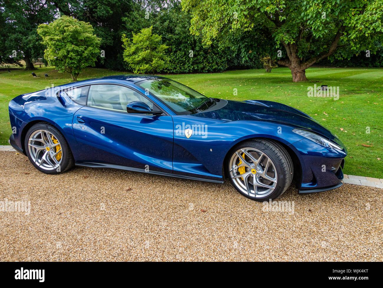 Seitenansicht Eines 2019 Blue Ferrari 812 Superfast S A Auf Einem Landgut Stockfotografie Alamy