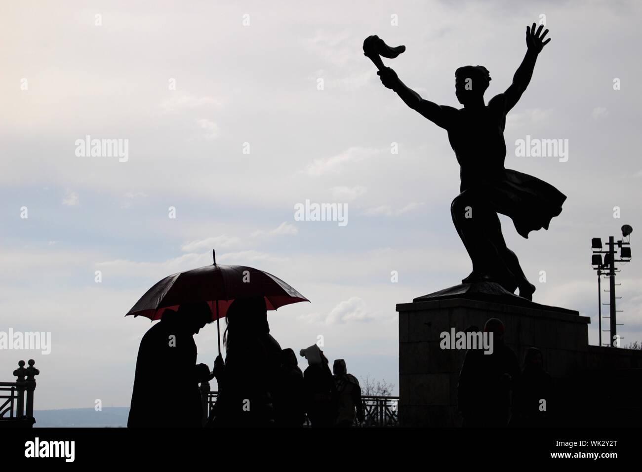 Bronzeskulptur Skulptur Regenschirm Mann mit Schirm Figur Moderne Antik-Stil