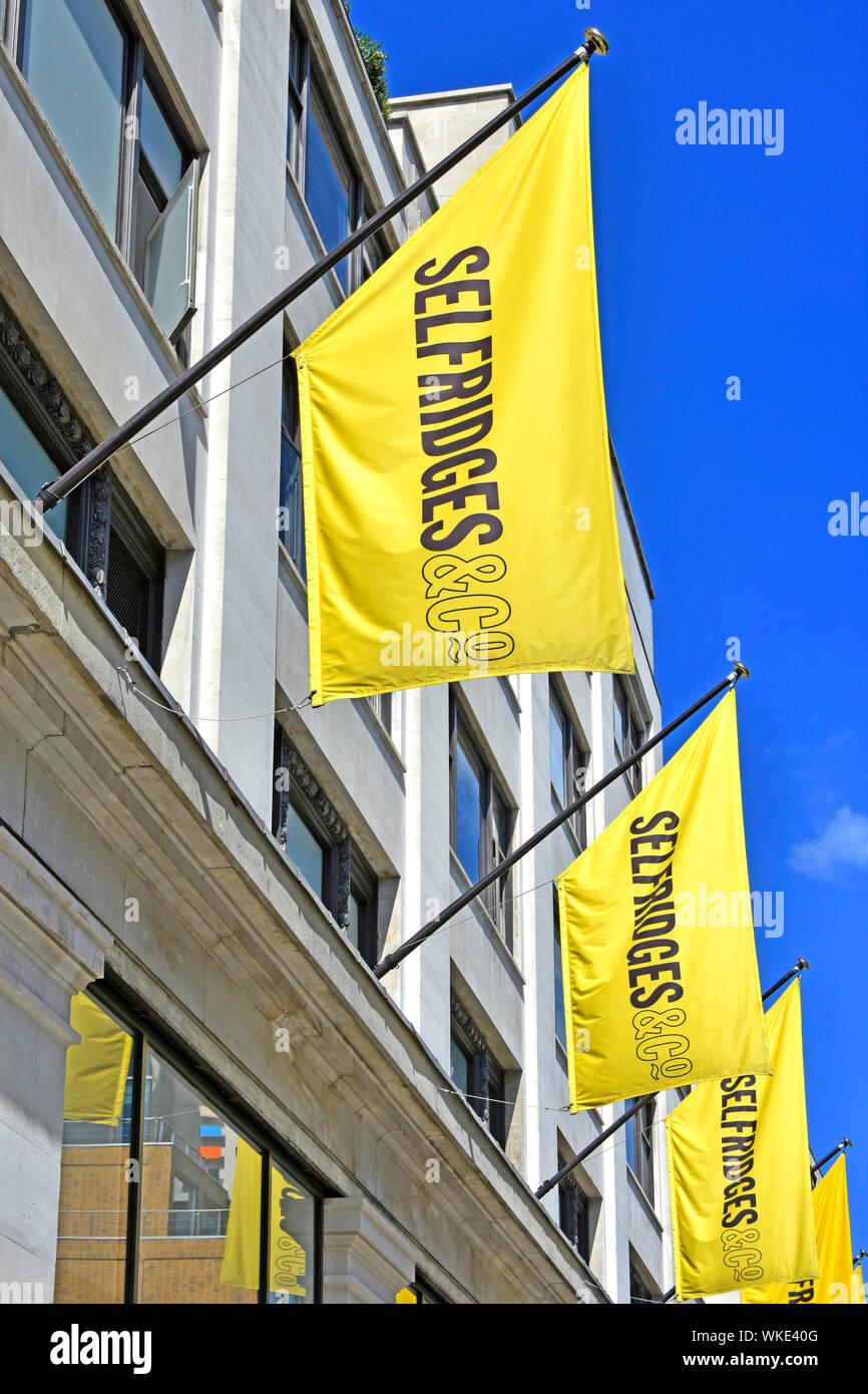 Kaufhaus Selfridges retail business gelbe Banner oben store Brand Image & Wiederholen Sie auf identische Flags für Auswirkungen London West End de werben Stockfoto