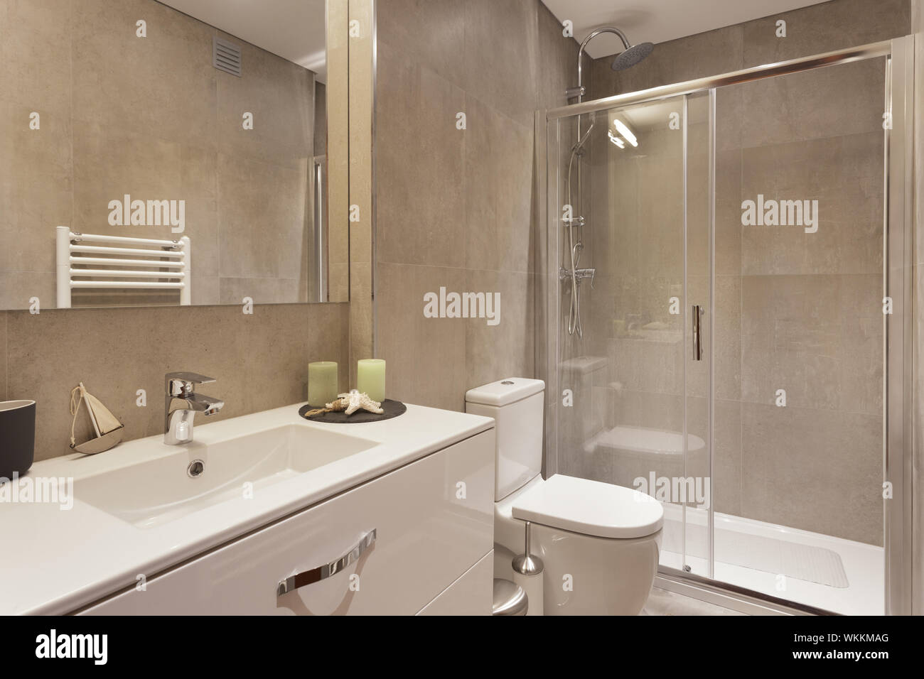 Modernes Bad mit braunen Fliesen Stockfoto, Bild: 270267048 ...