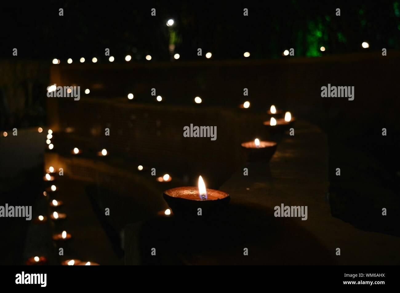 Lit Diyas auf Stützmauer während Diwali Stockfoto
