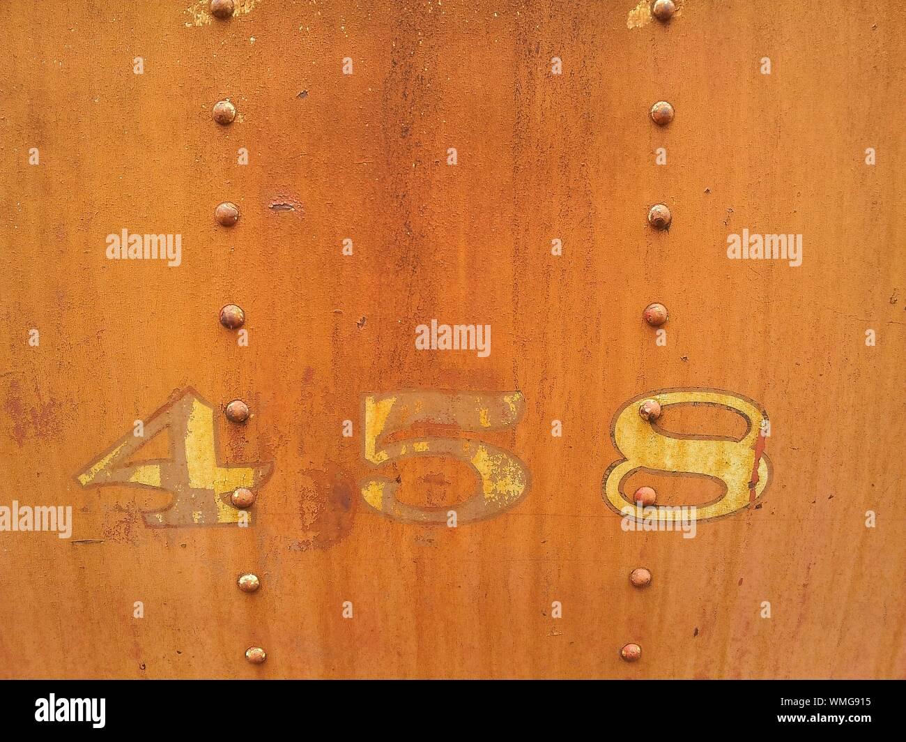 Close-up von Zahlen und Niet auf Blech Stockfoto