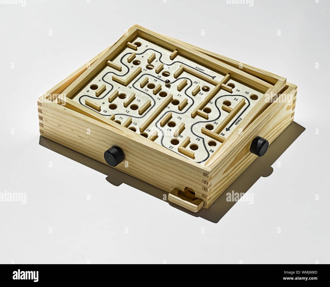 Labyrinth-spiel, Holz- Labyrinth Spiel auf neutralem Hintergrund. Stockfoto