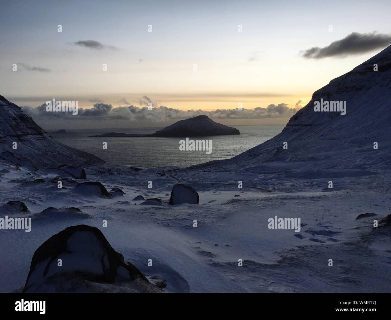 Malerischer Blick auf schneebedeckte Berge, Meer gegen Sky Stockfoto