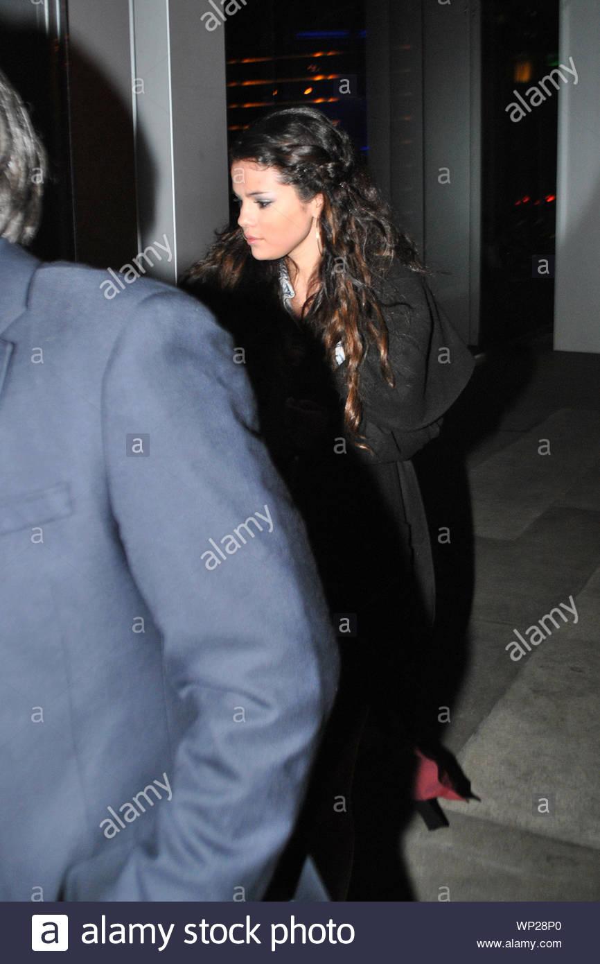 West Hollywood, CA - Selena Gomez kommt an BOA Steakhouse in West Hollywood mit einem Geheimnis Datum nur wenige Tage nach dem Auseinanderbrechen mit Justin Bieber. Selena versteckte sich hinter ihr Geheimnis Mensch viel älter als die zwei gingen im Restaurant für das Abendessen auf einer kalten Nacht in LA. AKM-GSI Januar 11, 2013 Stockfoto