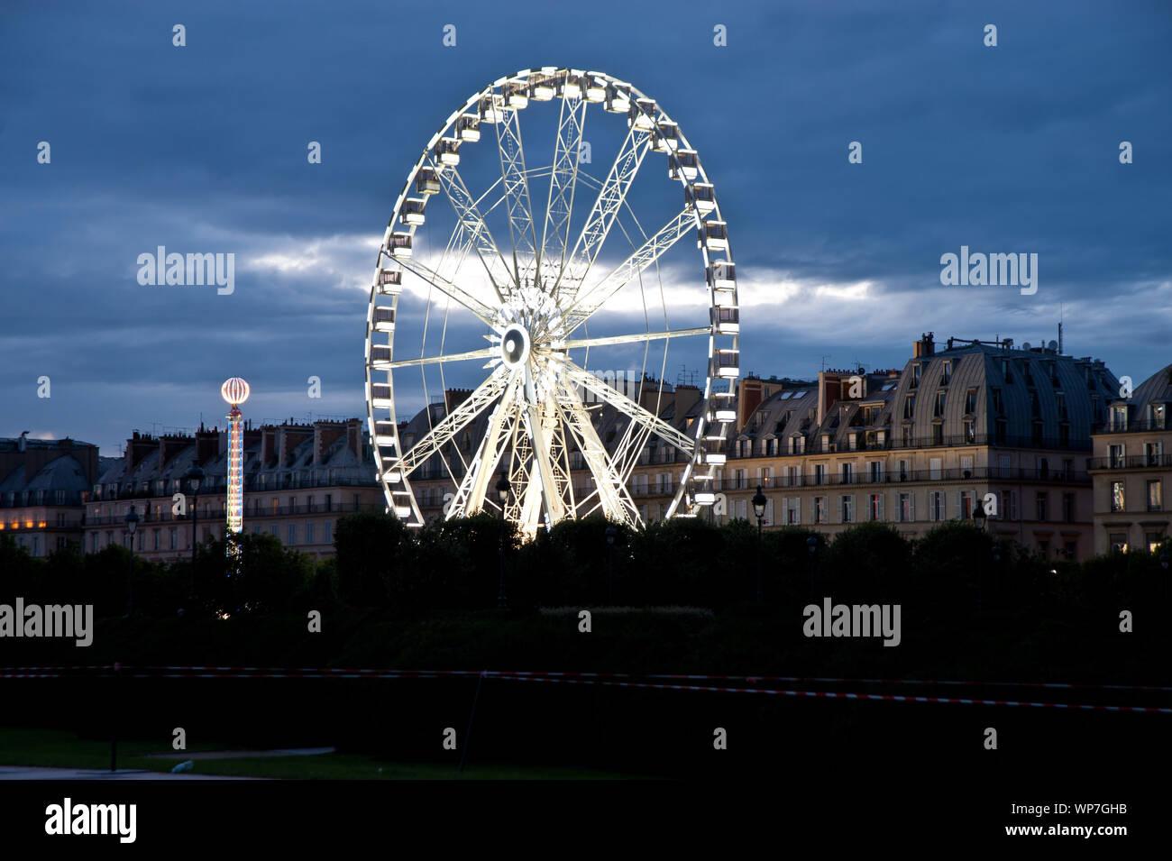 Der Jardin des Tuileries ist ein im französischen Stil gehaltener ehemaliger Barock-Schlosspark beim Louvre in Paris. Die Parkanlage erstreckt sich vo Stockfoto
