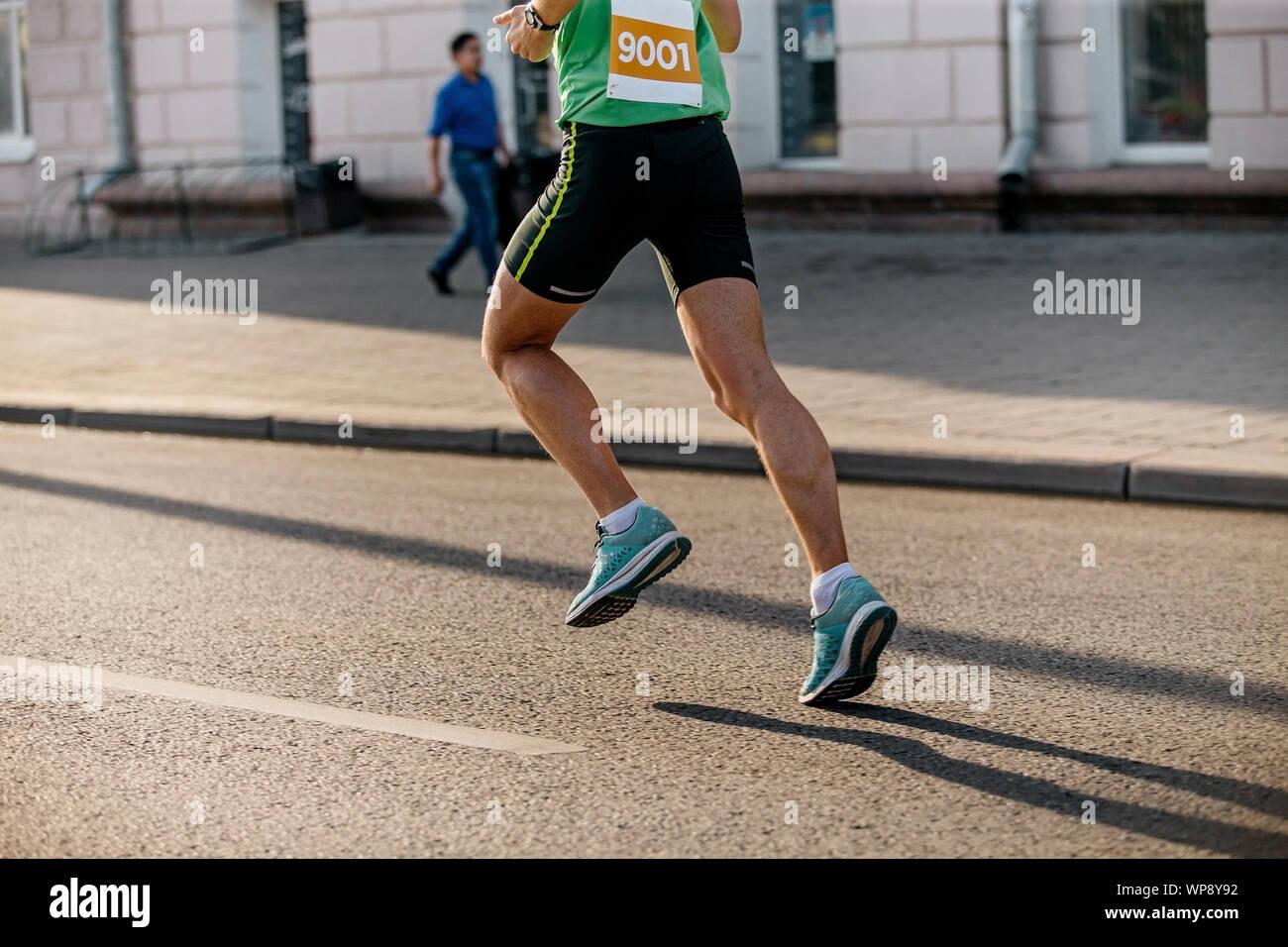 Füße mann Athlet Läufer laufen auf Asphalt in der Stadt Marathon Stockfoto