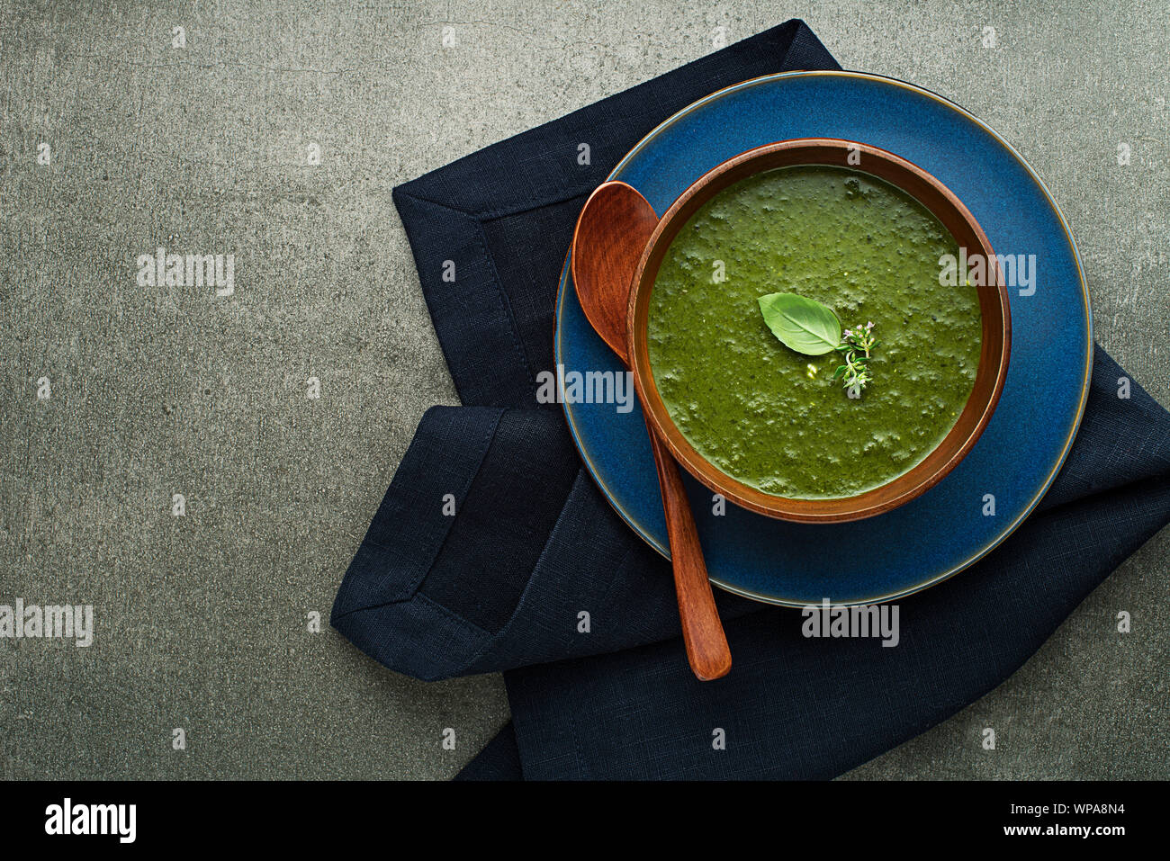 Essen Frühjahr gesunde Mahlzeit. Grüne cremige Suppe mit Gemüse und Kräutern Stockfoto