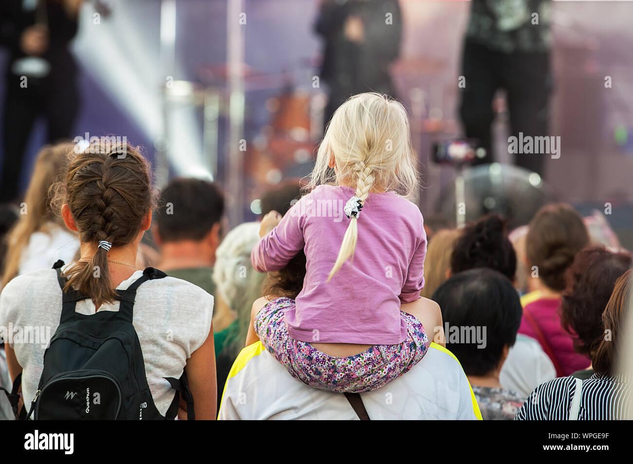 Moskau, Russland - September 8, 2019: Unbekannter wenig Zuschauer auf einem Eltern Schulter schauen Sie sich ein Konzert der Stadt Moskau Tag am 9. September 2019 gewidmet Stockfoto