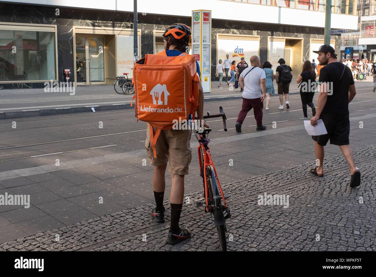 Lieferando Arbeiter in Berlin. Es bleibt die einzige On Demand ...