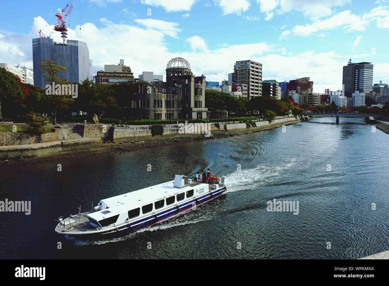 Fähre in Ota-Fluss mit Hiroshima Peace Memorial in der Stadt Stockfoto