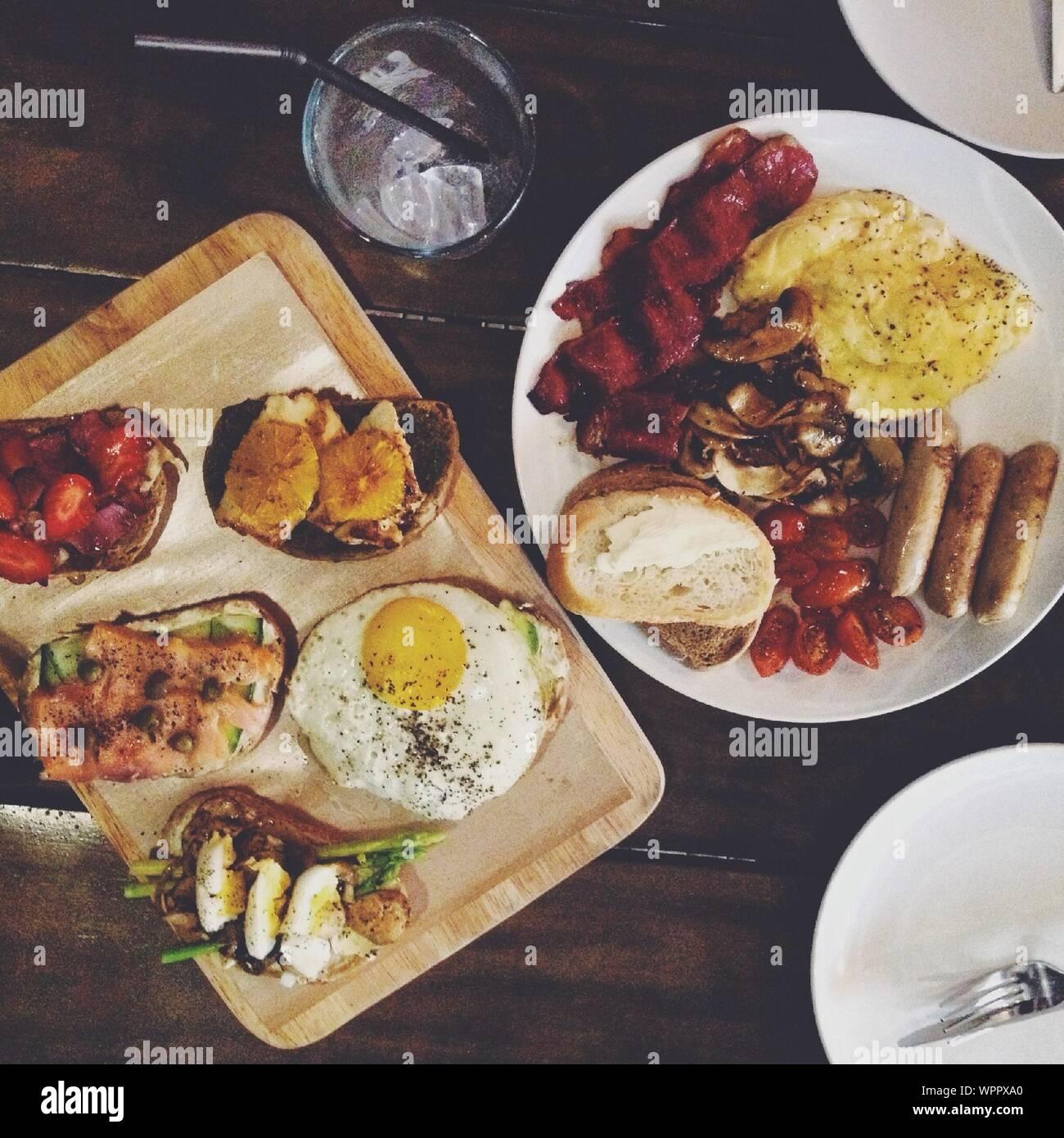 Draufsicht auf englisches Frühstück auf Holztisch Stockfoto