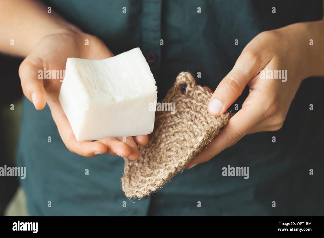 Umweltfreundliche Reinigungsmittel Kit. Organische Seife und Jute Waschlappen in die Hand der Frau. Null Abfall Konzept, Kunststoff, eco-friendly Shopping, vegan Stockfoto