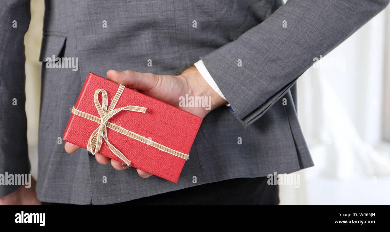 Romantische Liebe Von Mann Und Frau Paare Geben Geschenk Boxen An Die Braut Gluckliche Braut Und Brautigam In Hochzeit Kleid Fur Hochzeit Zeremonie Verheiratet Stockfotografie Alamy