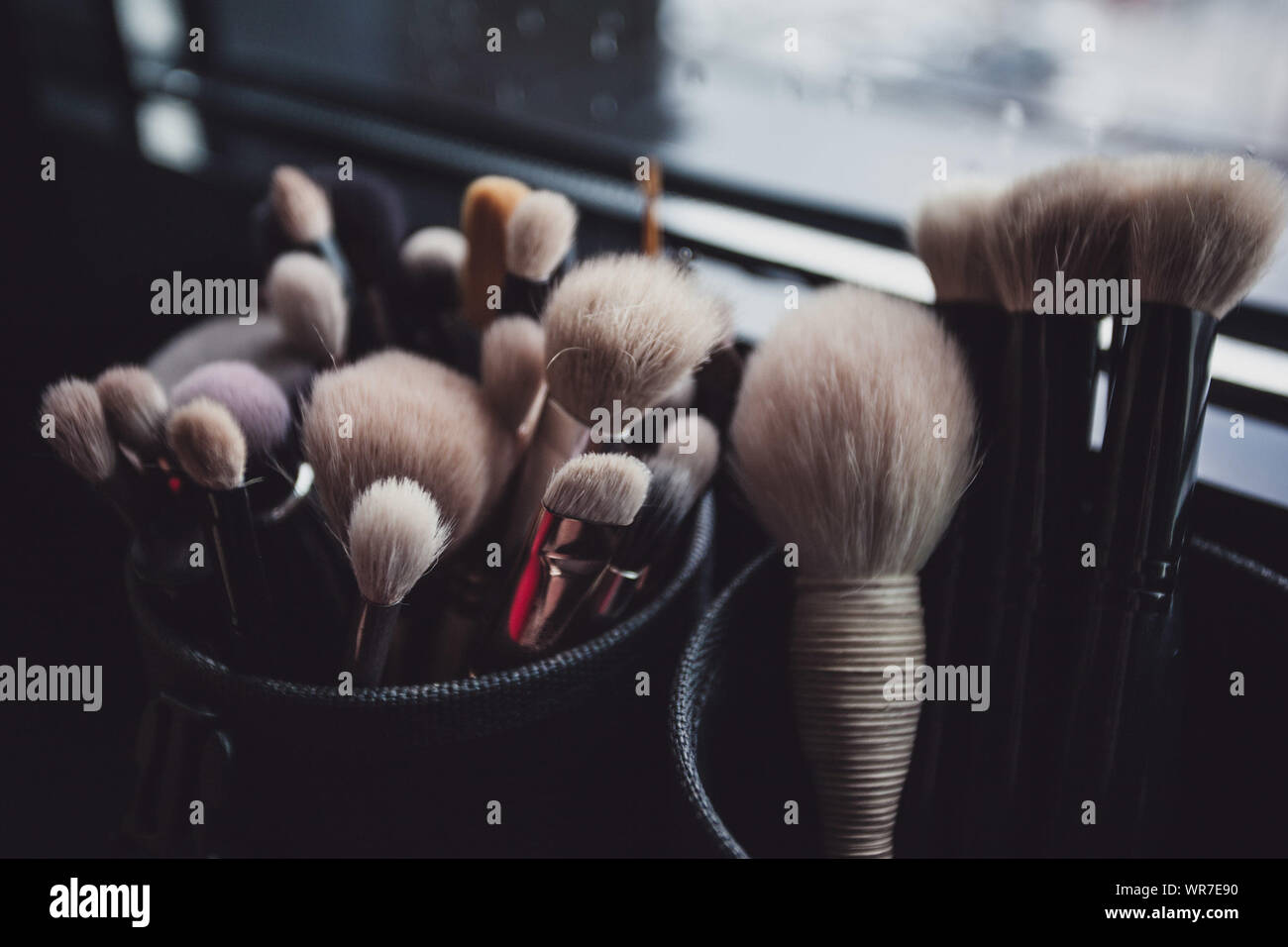 Make-up-Pinsel in Containern Stockfoto
