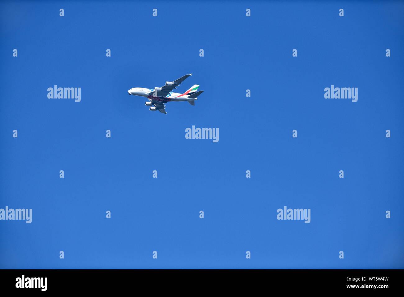 Ein Airbus A380 der Fluggesellschaft Emirates im Landeanflug auf den Düsseldorfer Flughafen. Stockfoto