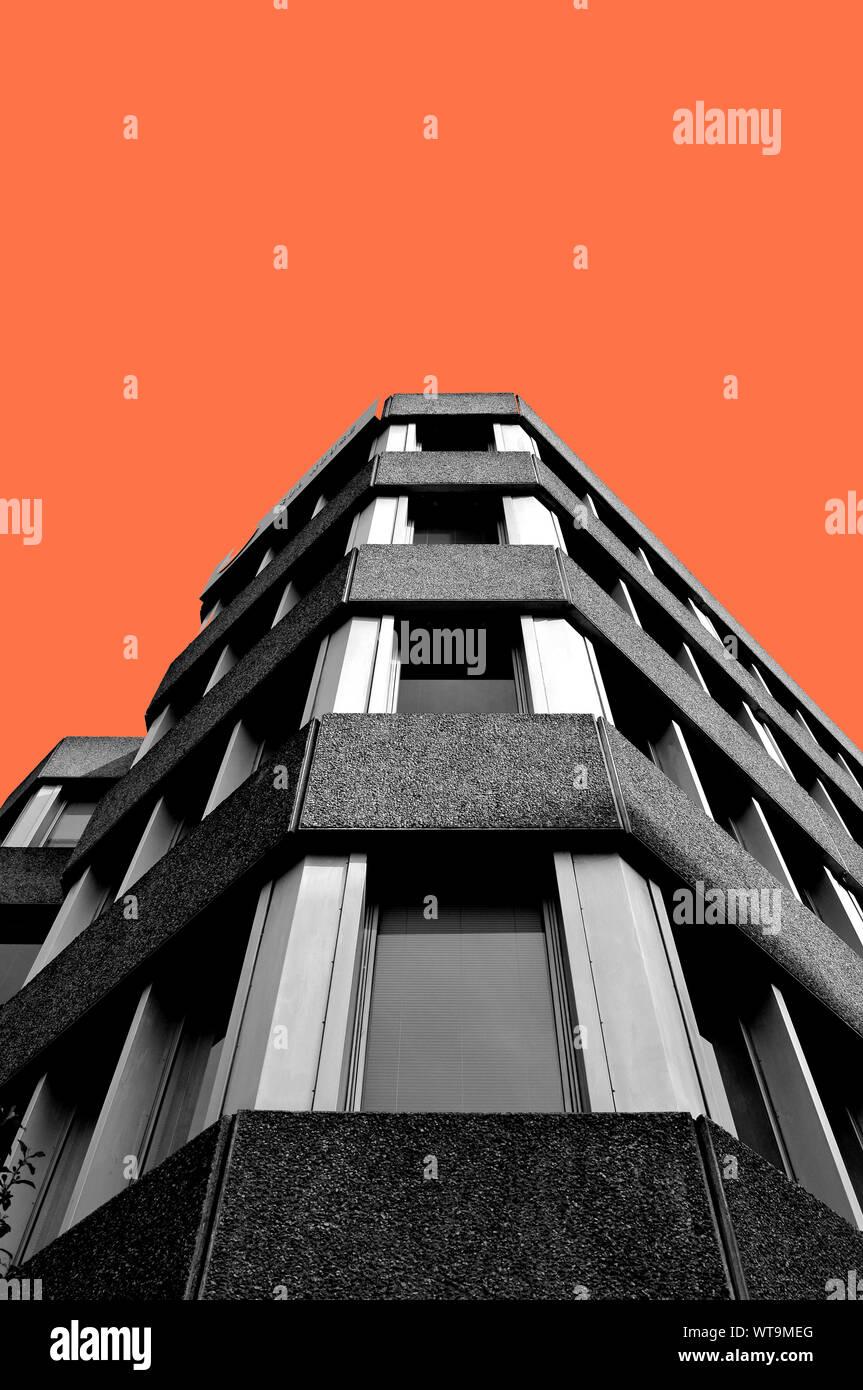 Sol Haus, Northampton. Ein Beispiel für die späten Brutalismus. Schwarz und Weiß mit eingefärbten Himmel Hintergrund Stockfoto