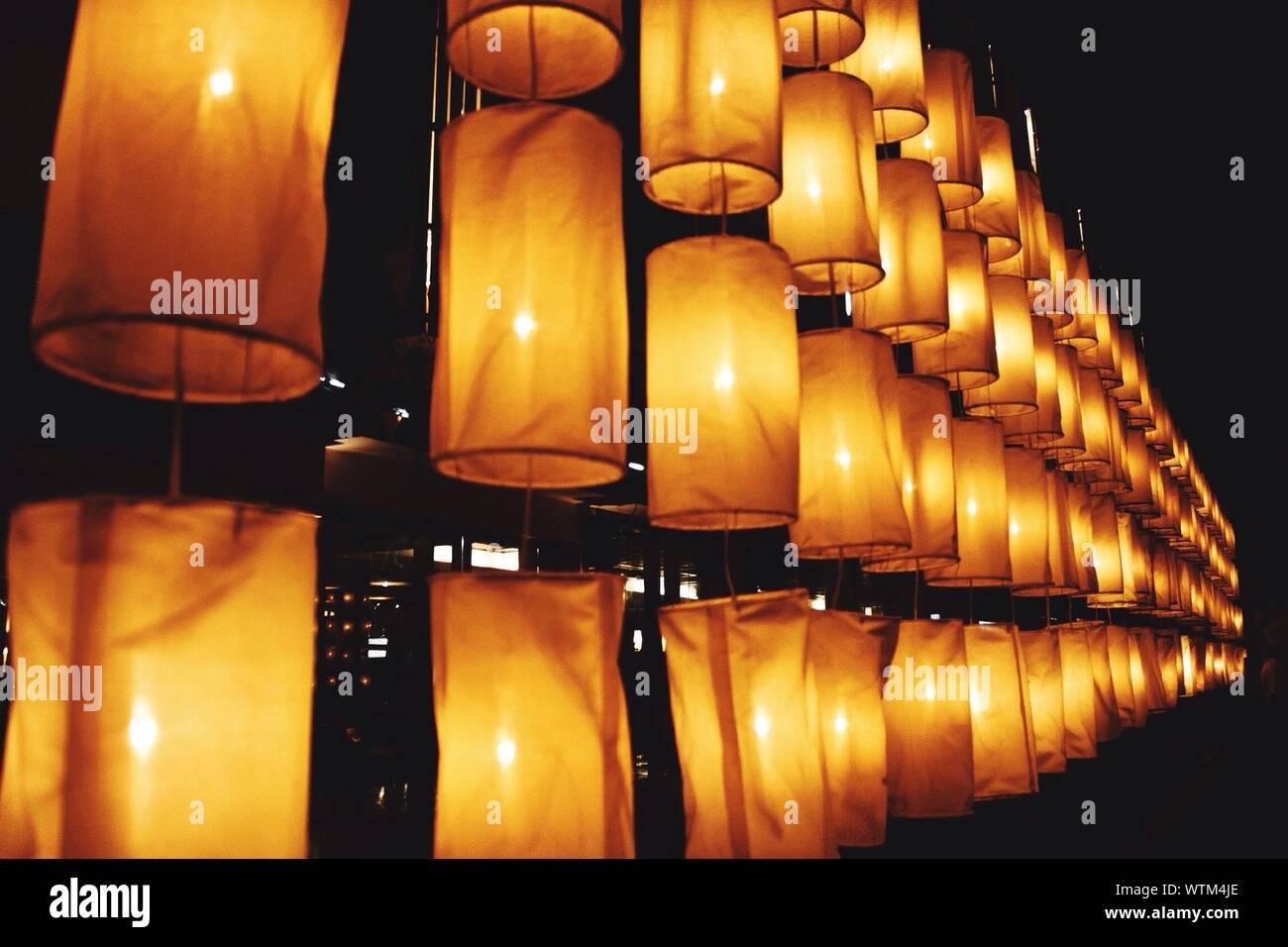 Low Angle Blick auf den beleuchteten Laternen angeordnet gegen Himmel bei Nacht Stockfoto