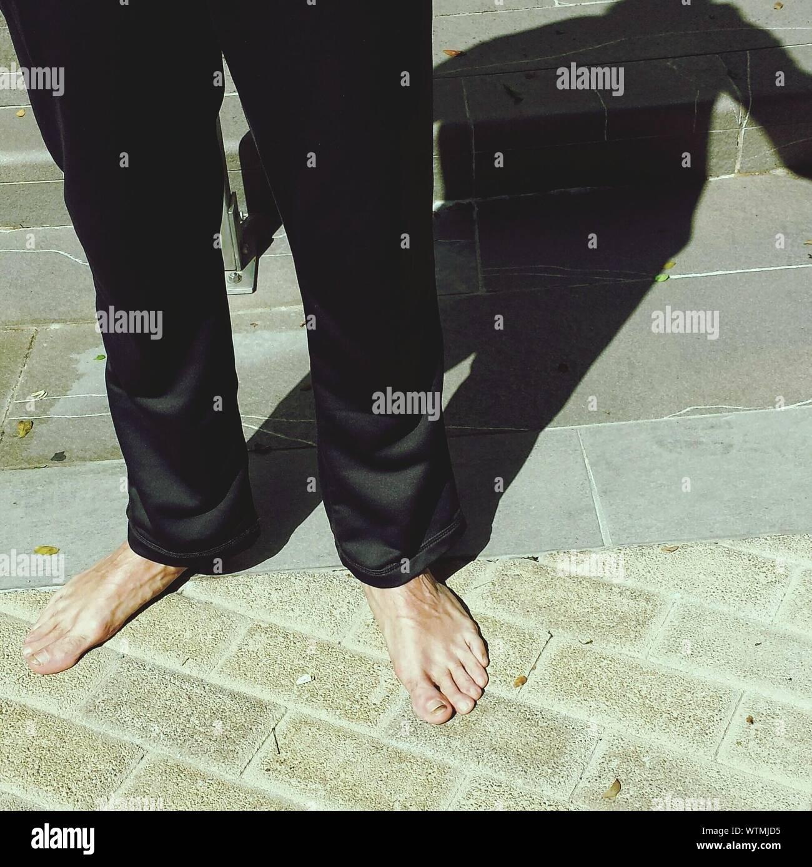 Niedrige Abschnitt Mann auf der Straße mit Barfuß