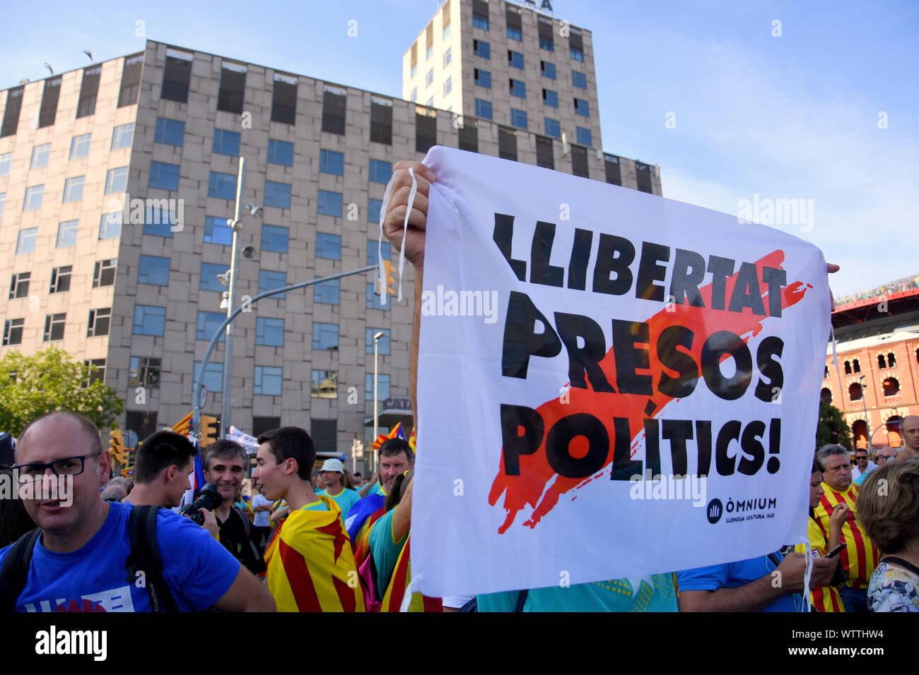 Barcelona, Spanien. 11 Sep, 2019. Eine Demonstrantin hält ein Transparent mit dem Slogan Freiheit für politische Gefangene während der Demonstration. Nach Angaben der Polizei rund 600.000 Menschen auf den Straßen von Barcelona während einer Demonstration Kataloniens nationalen Tag zu kennzeichnen. Credit: SOPA Images Limited/Alamy leben Nachrichten Stockfoto