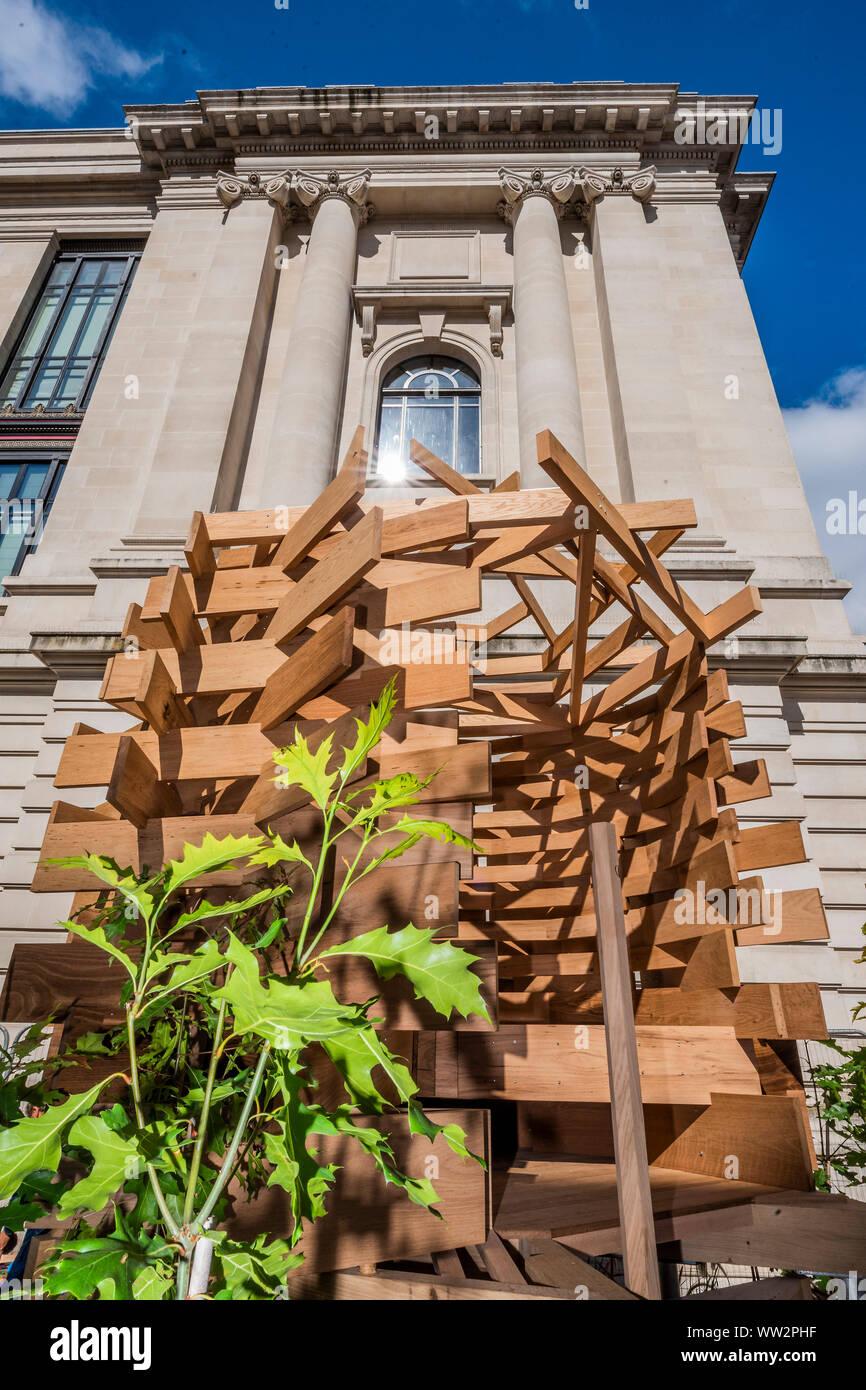 London, Großbritannien. 12. Sep 2019. Sir John SORRELL CBE, Vorsitzender der London Design Festival, in Auftrag gegeben von Dallas-Pierce - Julia Quintero Quintero, einem Aussichtspunkt Sitz für den Garten zu erstellen. Es ist wie ein Vogelnest geformt und wird ein Raum für Betrachtung und Reflexion zu schaffen. Die Planken von Red oak wurden thermisch modifiziertem das Stück mehr für den Einsatz im Außenbereich haltbar zu machen und das Stück wurde strukturell von Arup konzipiert. Credit: Guy Bell/Alamy leben Nachrichten Stockfoto