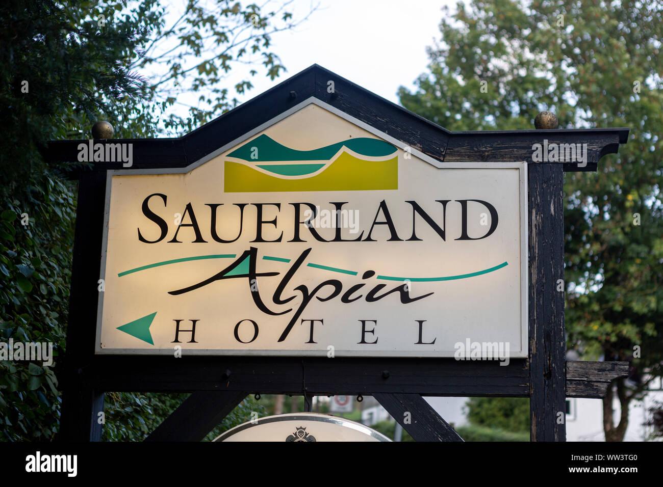 Schild mit Alpin Hotel Logo in der Spa- und Ski Village von Grafschaft im Sauerland in der Nähe von Winterberg. Stockfoto