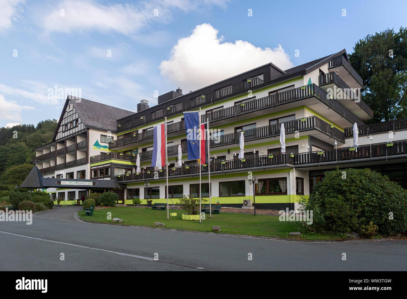 Das Alpin Hotel im Wellness und Ski Village von Grafschaft im Sauerland in der Nähe von Winterberg vor einem blauen Himmel mit Wolken Stockfoto