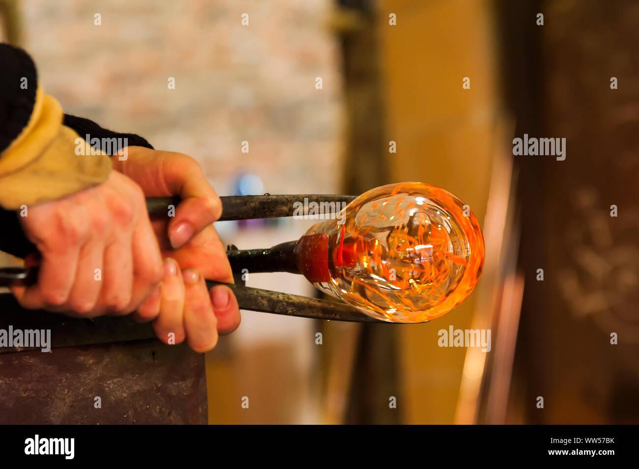 Glasbläserei Workshop, Hände, Zange, Glas, Gestaltung, Stockfoto