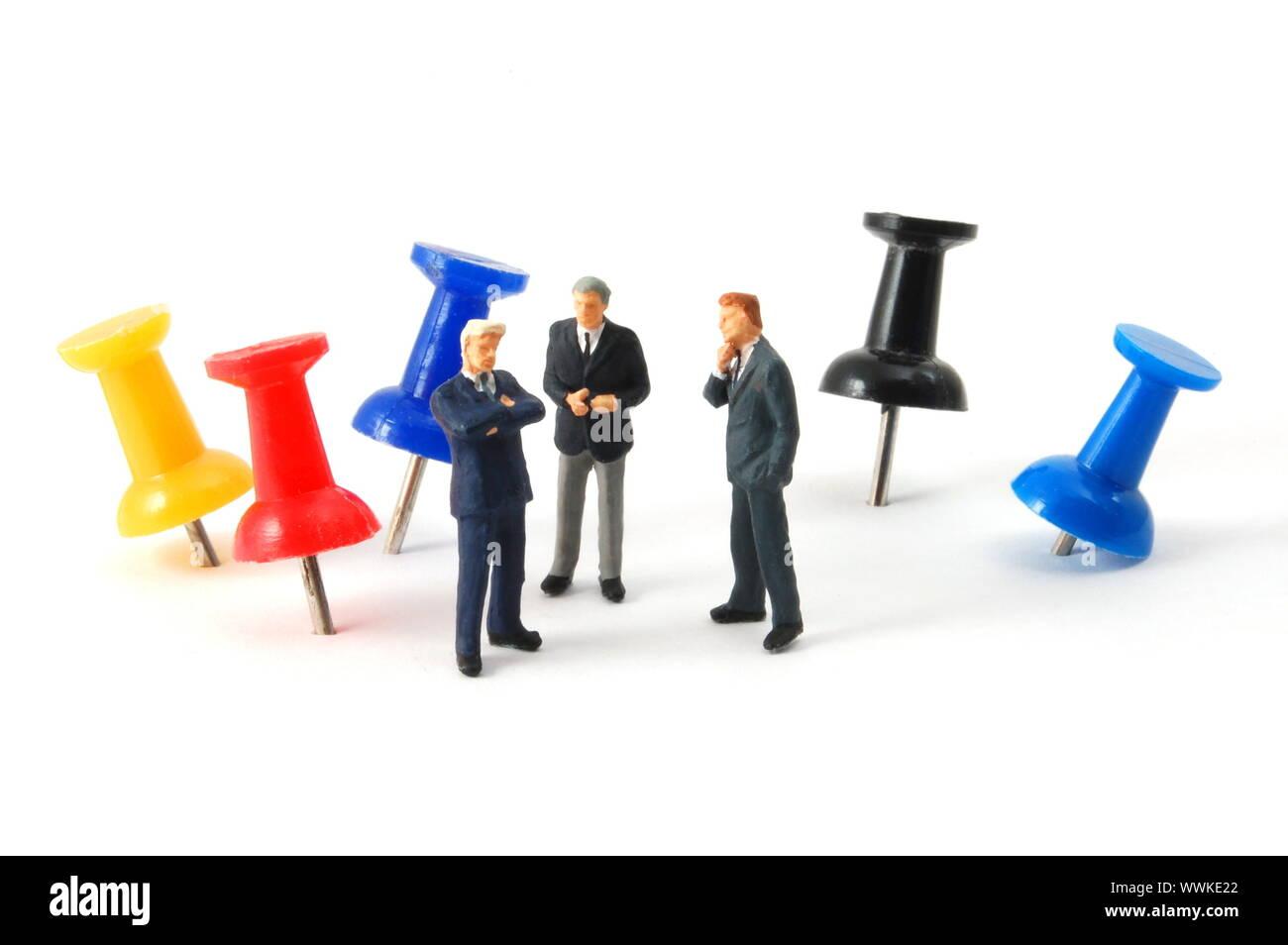 Geschäftsmann und Push pin in einem Büro auf weißem Hintergrund ...