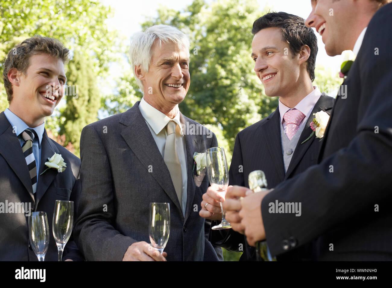 Brautpaar mit Trauzeugen und Vater Stockfoto