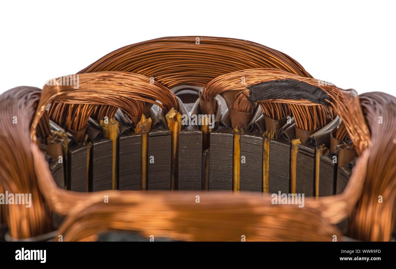 Nahaufnahme Detail auf einer elektrischen Maschine wickeln, isoliert auf weißem Hintergrund Stockfoto