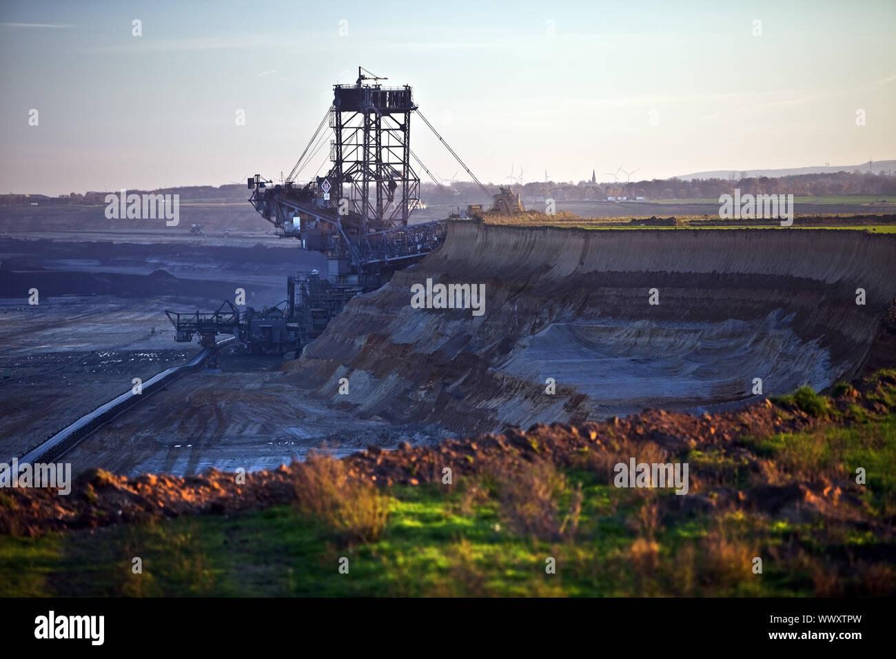 Braunkohle Tagebau mit Schaufelradbagger, Garzweiler, Juechen, Deutschland, Europa Stockfoto