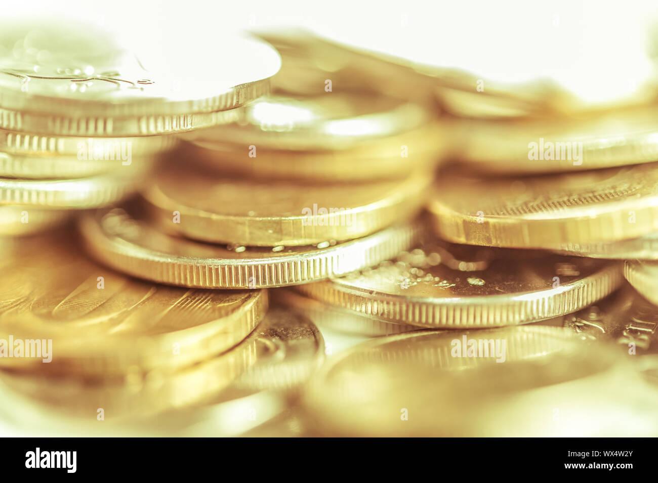 Stapel von Goldmünzen Makro. Zeilen von Münzen, die für den Finanz- und Banksektor Konzept. Wirtschaft trends Hintergrund für die Idee. Stockfoto