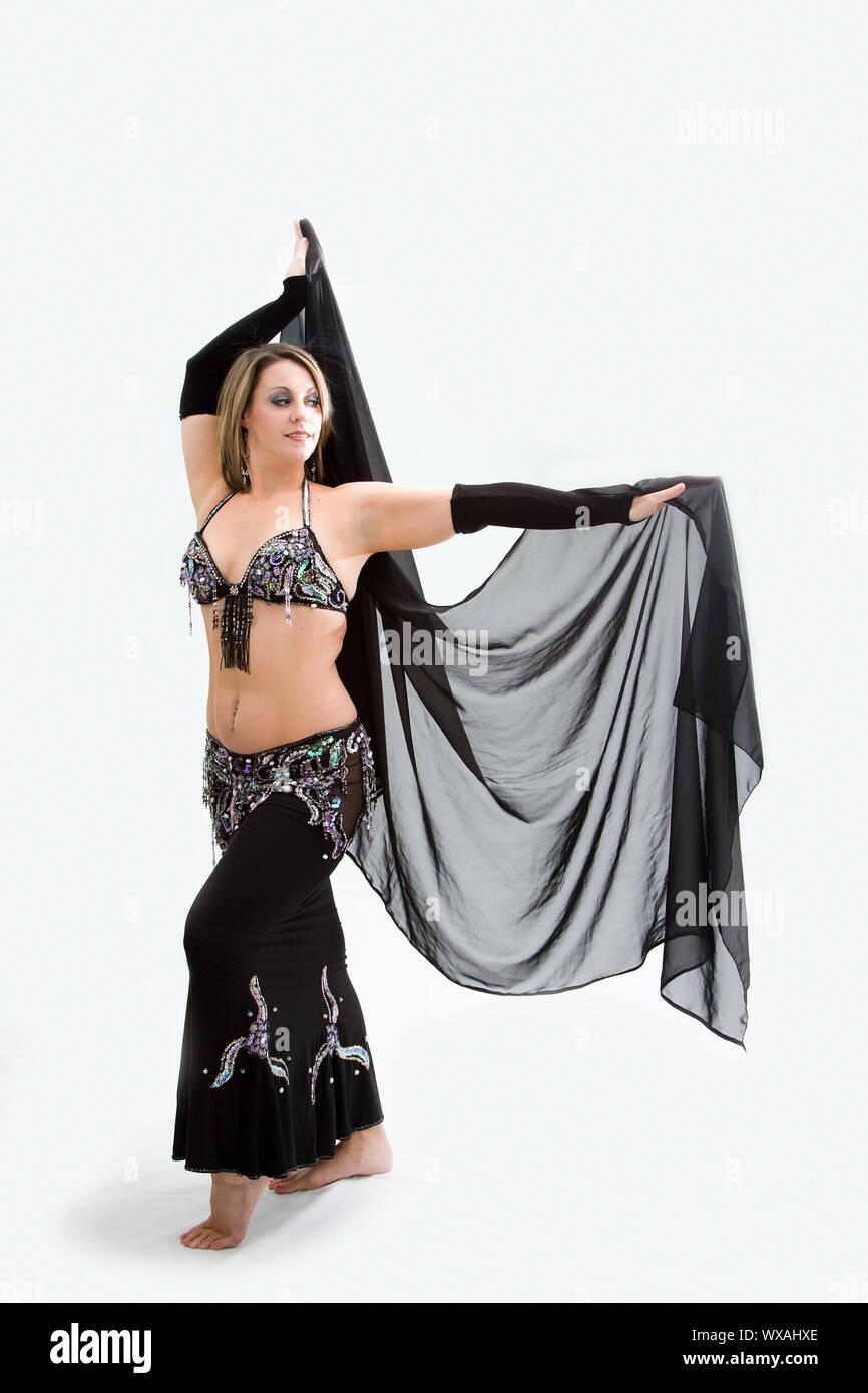 Schönen Bauchtänzerin im schwarzen Outfit mit Schleier, isoliert Stockfoto