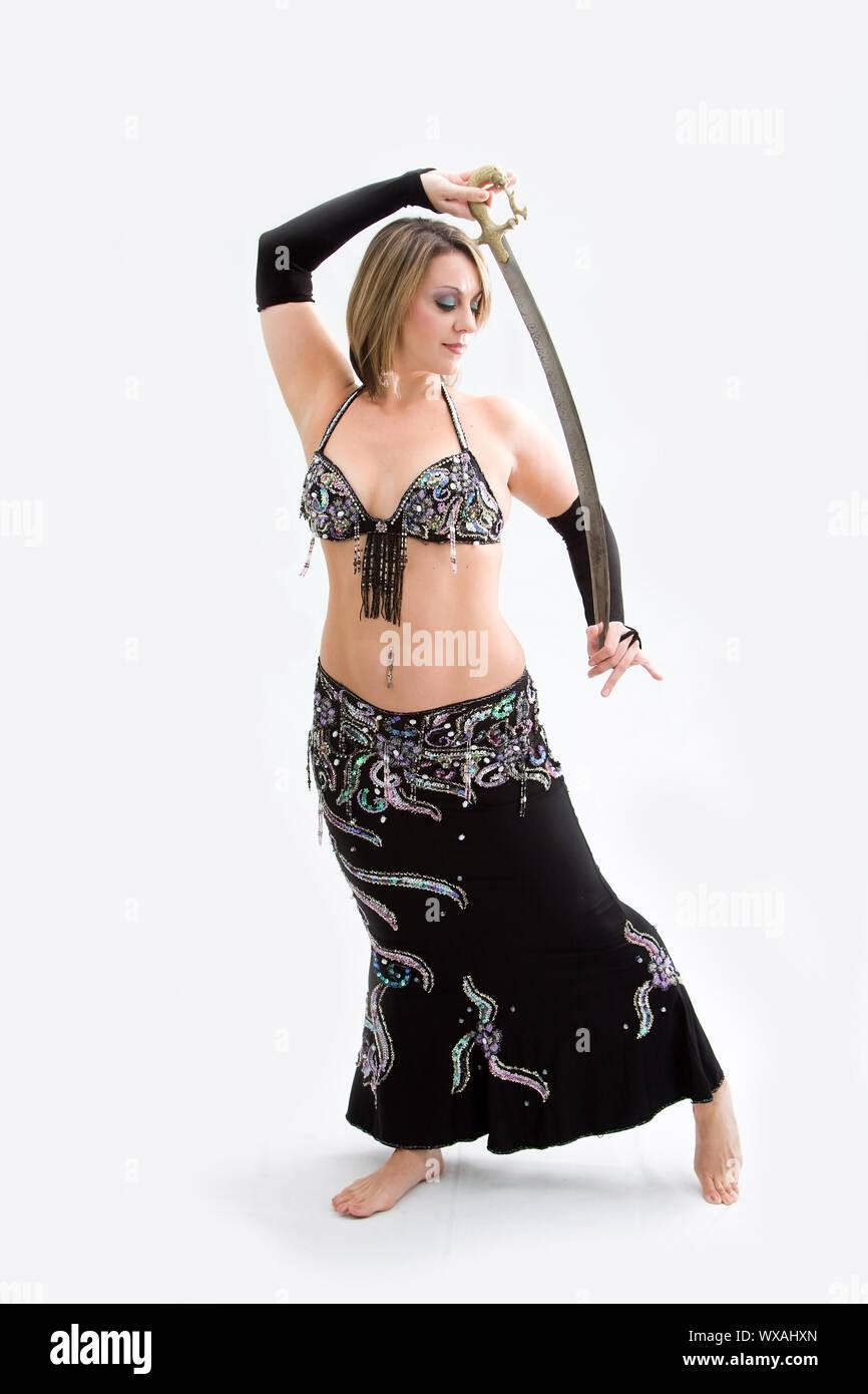 Schönen Bauchtänzerin im schwarzen Outfit mit Schwert, isoliert Stockfoto