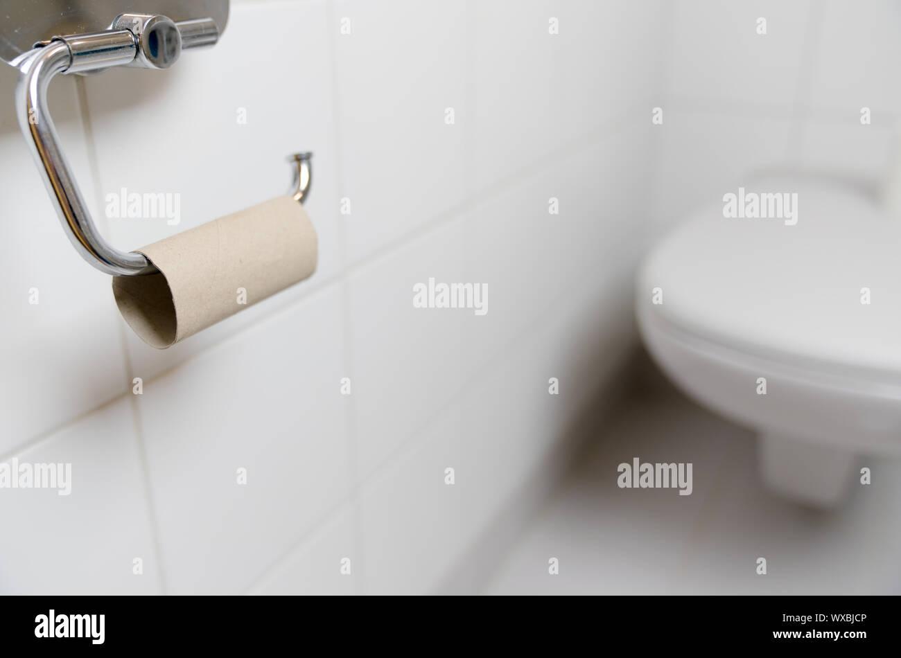 Blick auf Toilette mit Pech, dass die WC-Papier Stockfoto