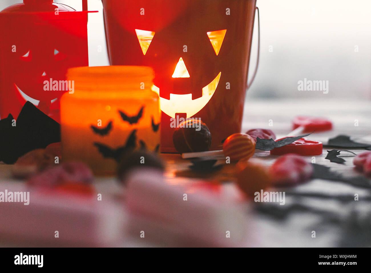 Halloween jack o lantern Schaufel, leuchtende Kerze, festliche Candy, Schädel, schwarz Fledermäuse, Geist, Spinne, Dekorationen auf weißem Holz- Hintergrund. Kopieren Sie Platz. Stockfoto