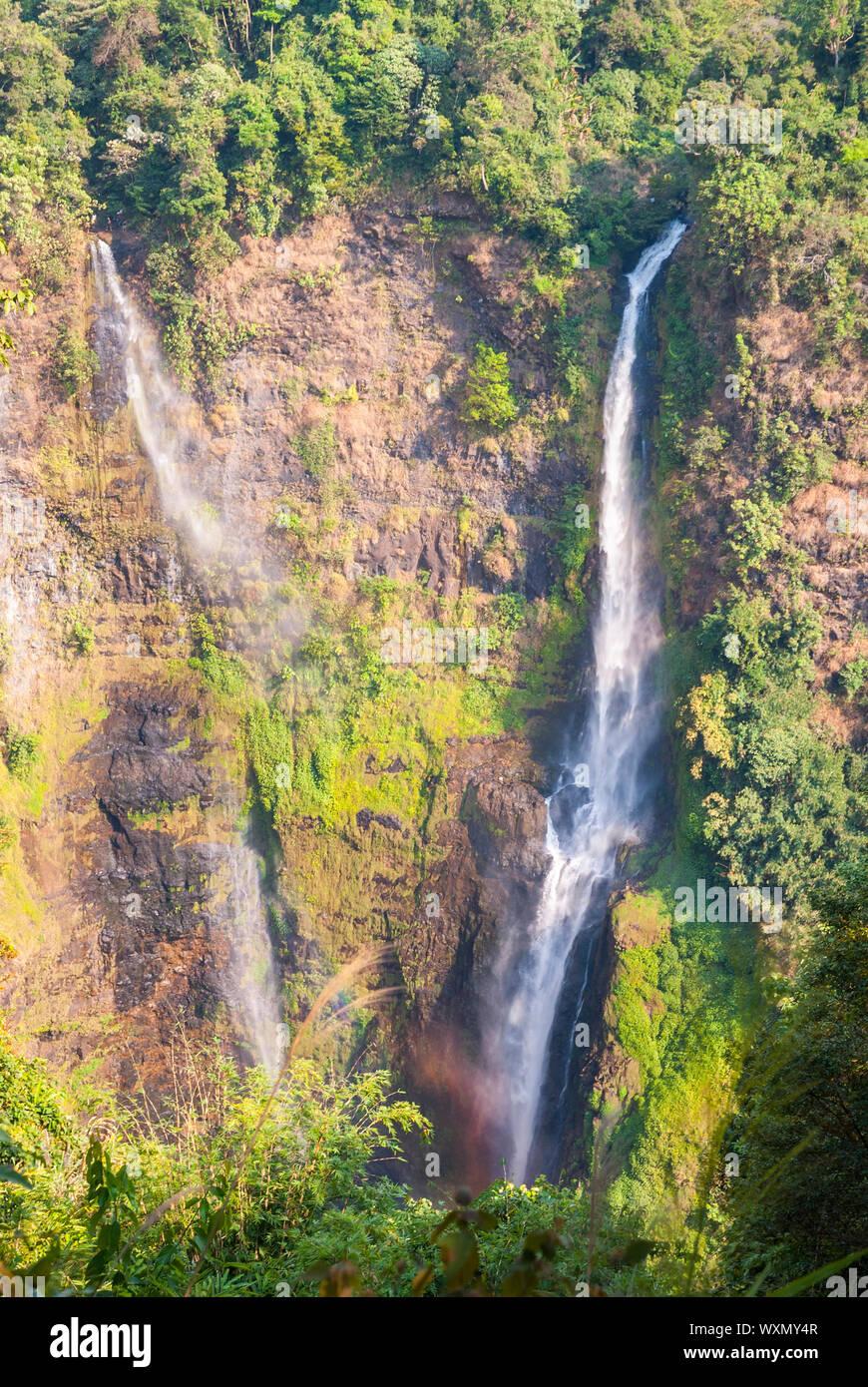 Atemberaubende Tad Fane Wasserfall von oben, Paksong, Laos Stockfoto