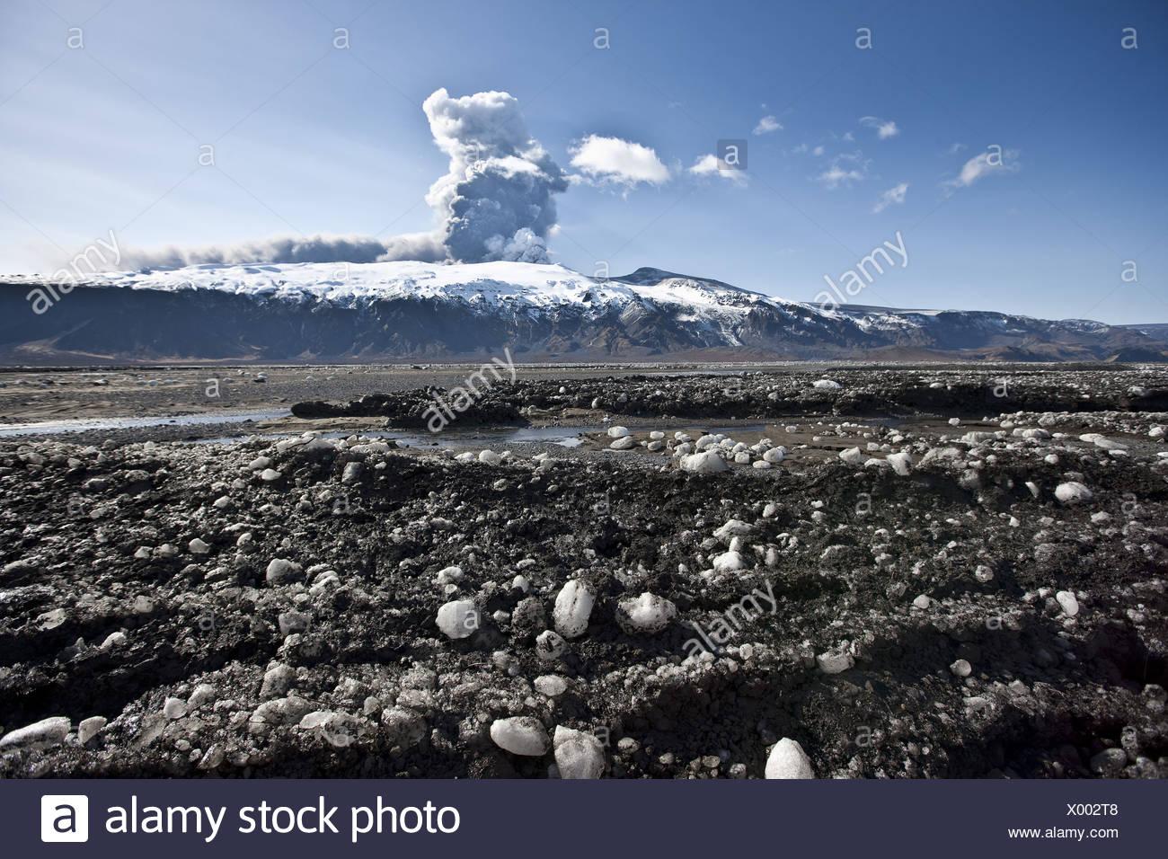 Asche und Schmutz auf Schnee aus Vulkanasche-Wolke wegen Ausbruch des Eyjafjalljokull-Gletschers, Island Stockbild