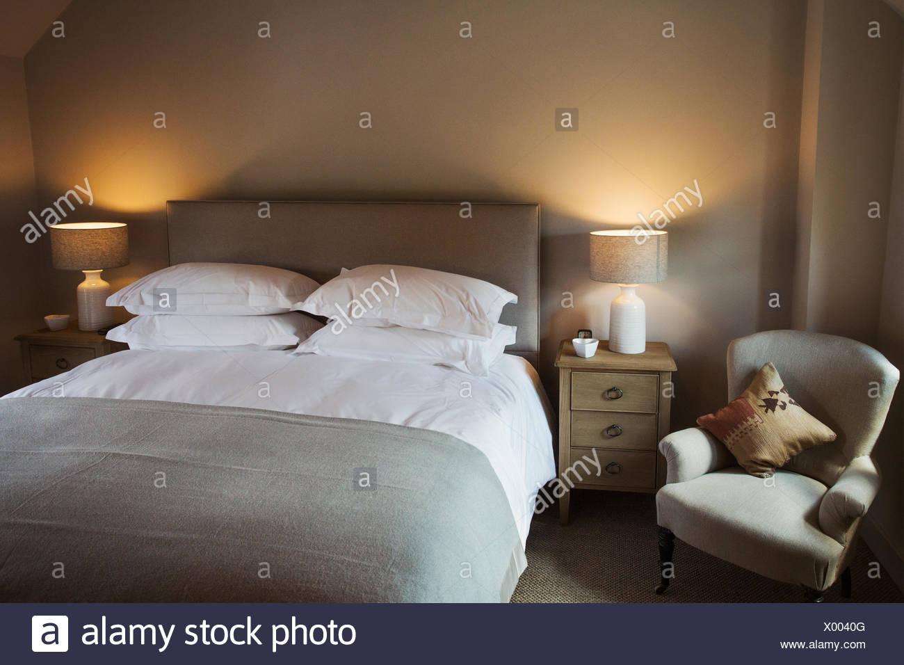 Ein gemütliches Schlafzimmer in neutralen Farben dekoriert ...