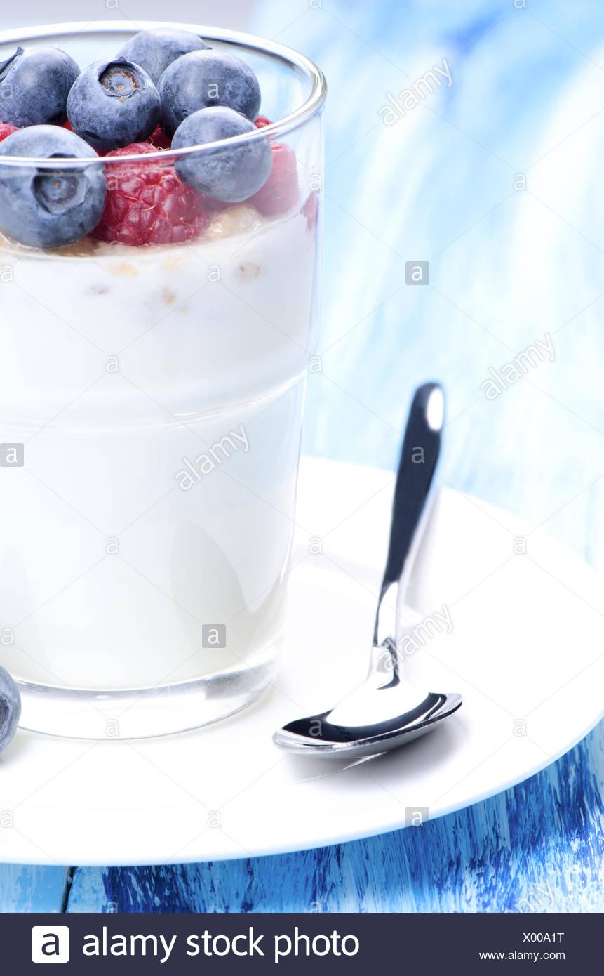 Joghurt-Dessert und sppon Stockbild