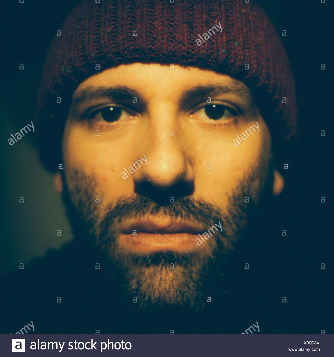 Close-up Portrait von ernster junger Mann Stockbild