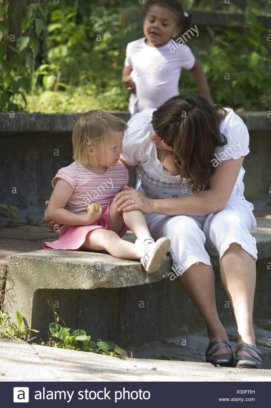 Frau trösten kleines Kind Kindertagesstätte Anlage Stockbild