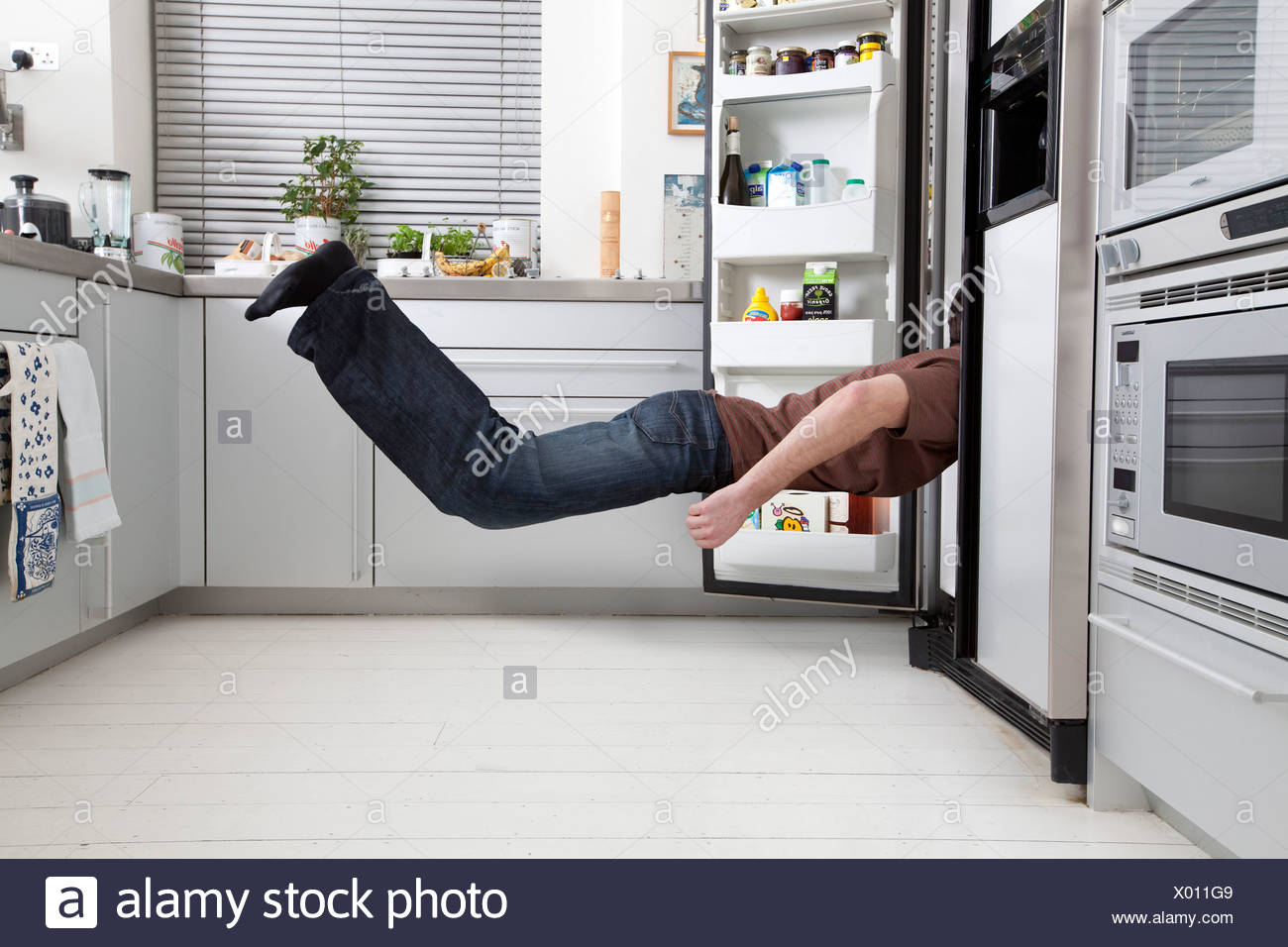 Mann auf der Suche im Kühlschrank Stockbild