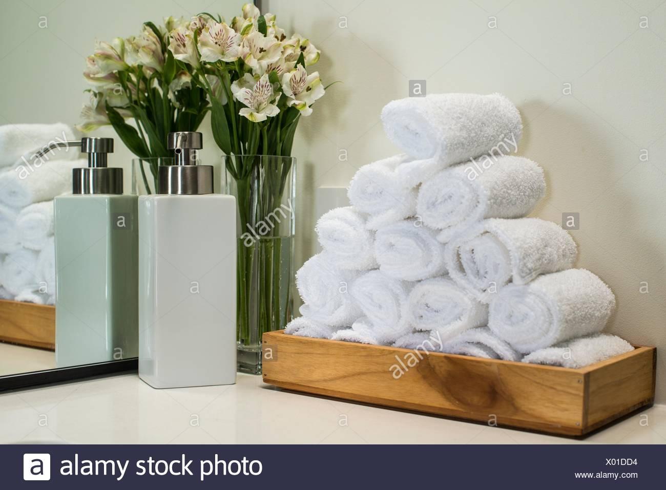 Handtücher und Blumen in einem Badezimmer Stockfoto, Bild: 275398400 ...