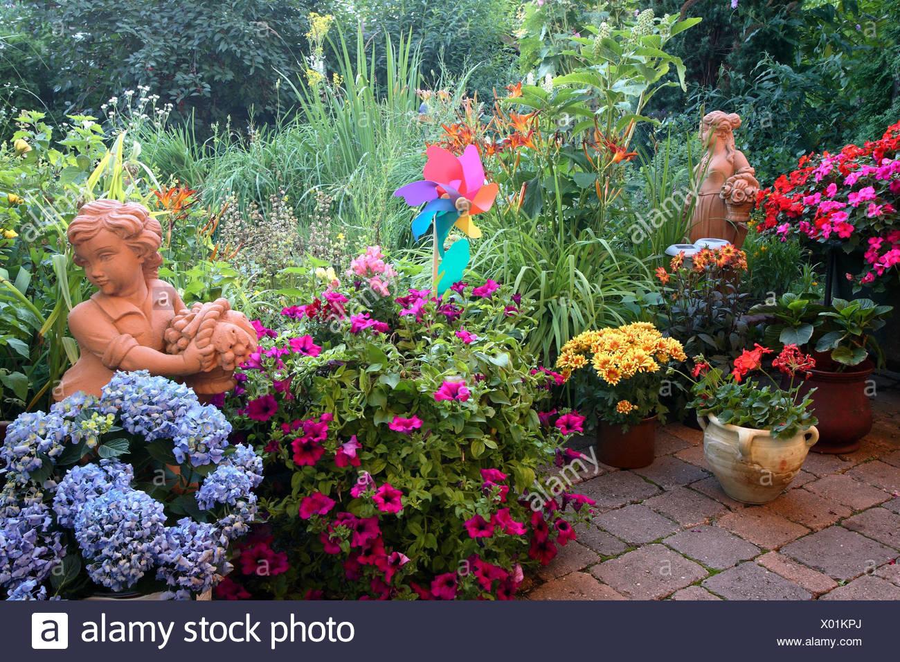 Garten Sommer Blumen Ton Figuren Windrad Stockfoto Bild 275403370