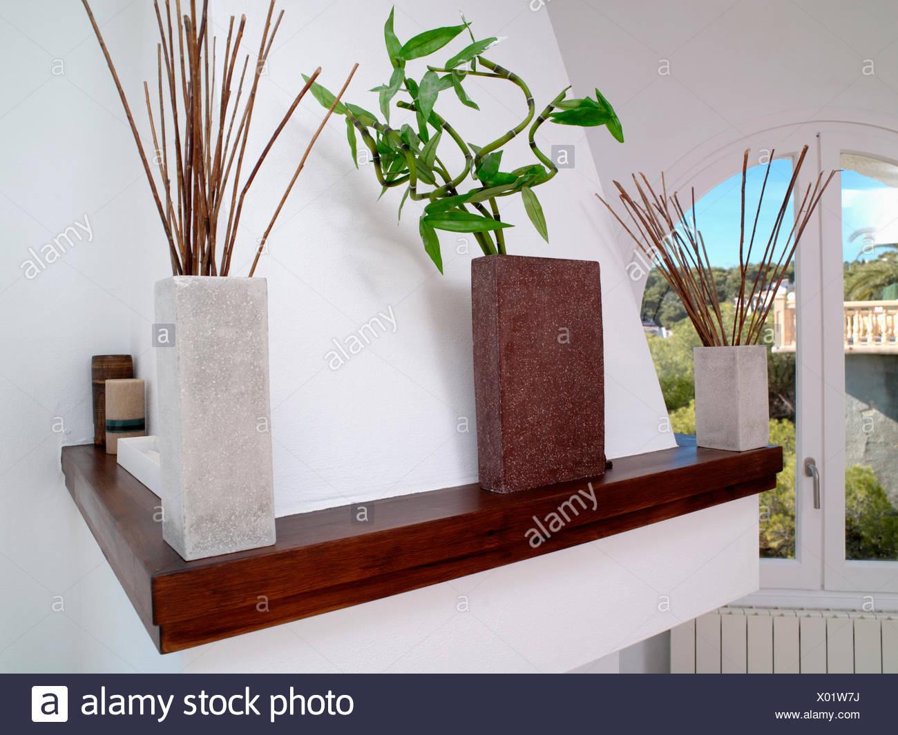 Große rechteckige Vasen mit Laub und Zweige am Regal im modernen ...