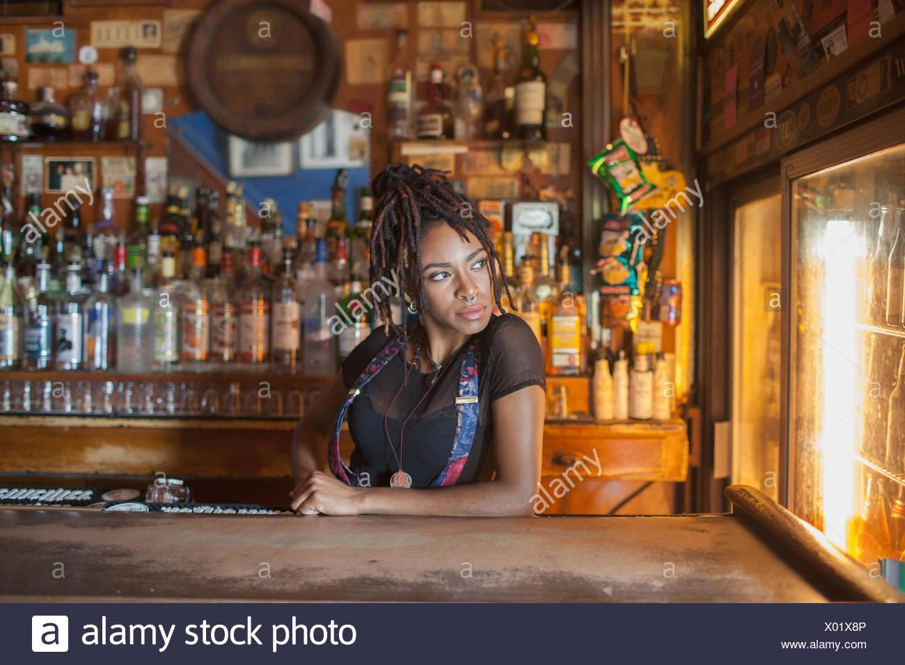 Eine junge Frau in einer Bar. Stockbild